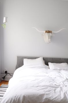 How To Clean Your Bedroom Thoroughly and Efficiently: A Quick & Easy Guide