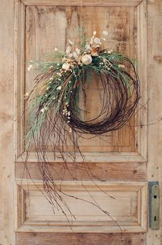 Modern or natural Christmas wreaths with fir branches. DIY Christmas wreath, natural wreaths, 2019 Christmas decor trend and tutorial to make beautiful Christmas wreaths. Christmas wreaths inspirations and DIY, grener branch wreaths Christmas Wreaths To Make, Holiday Wreaths, Christmas Diy, Christmas Decorations, Winter Wreaths, Christmas Branches, Wedding Decorations, Christmas Island, Christmas Cactus