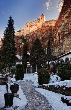 El Castillo Hohensalzburg brilla en invierno, en lo alto del casco antiguo de Salzburgo - Austria