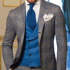 Costume à carreaux gris et bleu porté avec un gilet ouvert bleu #style #menstyle #mensfashion #wedding #weddingday #groom #groomstyle #bowtie #jacket #shirt #mode #look #homme