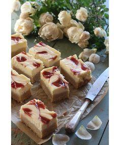 Mansikkaiset juustokakkupalat – Tyrniä ja tyrskyjä | Meillä kotona You Are My Sunshine, Cheesecake, Sweets, Easy, Desserts, Food, Random, Tailgate Desserts, Deserts