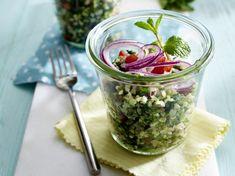 Der Kräutersalat ist schnell zubereitet und sättigt dank Bulgur lange.