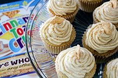 Cinnamon Toast Crunch Cupcakes It seems like there are a few different ways to approach Valentine's Day. There's the moodily-lit, glossy magazine ad version of the day, which seems to paint women as these precious little gift-obsessed lunatics, who Cupcake Flavors, Cupcake Recipes, Cupcake Cakes, Dessert Recipes, Cake Receipe, Cinnamon Recipes, Baking Recipes, Cereal Treats, Paleo Cereal