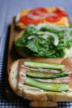 生ハムと野菜のサンドイッチ