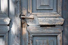 portes bleus avec poignée photographie abstraite par bialakura