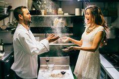 Case com um homem que cozinha.