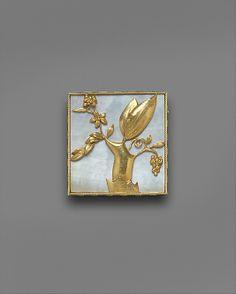 Dagobert Peche. Brooch, gold and mother-of-pearl. Manufactured by Wiener Werkstätte, ca. 1922.
