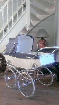 Ouderwetse kinderwagen van delft