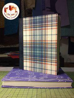 Piccoli quaderni rilegati interamente a mano, con copertine in carta a quadretti e carta da zucchero azzurra, chiusi con un elastico, completi di tasca interna. Creato da noi: www.rilegoerileggo.org