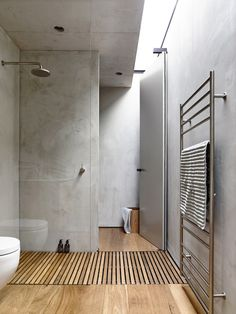 An alternative to the popular but complicated to detail trough drain... just let water drain through slats into the base below! Gallery | Australian Interior Design Awards