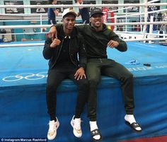 Manchester United striker Marcus Rashford (L) poses with British boxer Anthony Joshua (R)