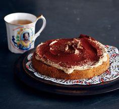 Dieser Kuchen kann beides: Er glänzt zum Nachmittagstee genauso wie als köstliches Dessert. Espresso-Biskuit mit Clotted Cream und Kakao - fast besser als Tiramisu.