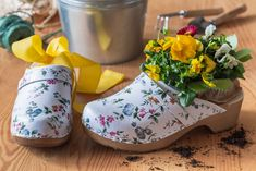 Z domácí obuvi se dá vykouzlit krásný dárek. Vytvořte z nich malé jarní dárkové aranžmá osázené květinami.