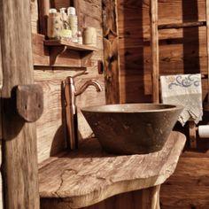 i bagni con lavello a conca in pietra e rubinetteria in rame sono dotati di doccia servizi igenici phon e prodotti per la cura del corpo realizzati dalla ditta valdostana petit tresor