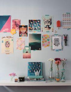 Decore uma parede com imagens legais da internet + use garrafas de vidro antigas como vasinhos de flor. | 16 jeitos fáceis de fazer seu quarto virar o melhor lugar do mundo