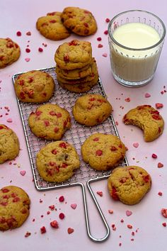 Cookies aux pralines roses Cooking Cookies, Cookies Et Biscuits, Muffins, Roses, Breakfast, Ethnic Recipes, Macarons, Food, Spritz Cookies