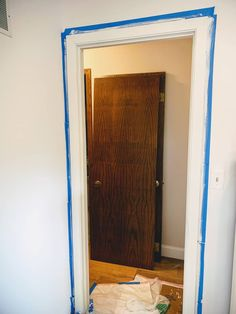 Tips to Paint Beautiful White Trim from A Professional Painter - A Well Purposed Woman Painting Door Frames, Painting Fake Wood, Wood Door Frame, Diy Painting, Painting Trim Tips, Painting Molding, House Painting Tips, Paint Colors For Home, House Colors