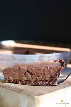 Vegan Chocolate Pie with Salted Caramel (No Bake) Vegan Chocolate Pie Recipe, Vegan Chocolate Mousse, Best Vegan Chocolate, Vegan Caramel, Vegan Pie, Salted Caramel Chocolate, Dairy Free Chocolate, Chocolate Pies, Chocolate Caramels