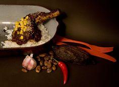 Scharfes Schoko-Hähnchen: Wir servieren euch tatsächlich #Hähnchen mit scharfer #Schokolade. In einer abgewandelten Form sollen schon die alten Völker Mexikos diese cremige Soße zubereitet haben #geolino #rezepte #kinder #kochen