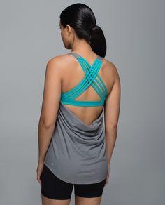 Nous avons conçu cette camisole avec un dos ouvert tombant pour vous tenir au frais pendant le cours et pour montrer les belles bretelles de votre soutien-gorge en dessous. Faite à partir d'un tissu qui évacue la sueur et dotée de grandes ouvertures pour les bras, elle nous permet de bouger à notre gré pendant le cours de Hatha, de Vinyasa ou de yoga chaud.