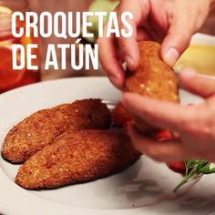 Deliciosas croquetas de atún con papa, perejil y queso, la textura crujiente por fuera y lo cremoso por dentro te encantará. Seafood Recipes, Mexican Food Recipes, Dinner Recipes, Cooking Recipes, Healthy Recipes, Tasty Videos, Food Videos, Good Food, Yummy Food