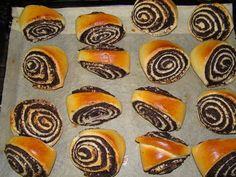 Mákos háromszögek :: Ami a konyhámból kikerül Hungarian Recipes, Muffin, Breakfast, Food, Poppy, Breads, Morning Coffee, Bread Rolls, Essen