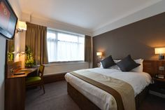 15 minutes from central Manchester via the nearby Metrolink, and 10 minutes from Old Trafford, Best Western Manchester Altrincham Cresta Court has free. Hotel Bedroom Design, Bedroom Designs, Linen Bedding, Bed Linens, Altrincham, Simple Bed, Best Western, Bedroom Styles, Contemporary Bedroom