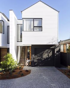 The modern house needs modern driveway ideas so the whole areas have one big concept that becomes value of the house. These beautiful driveway ideas Modern Driveway, Driveway Design, Driveway Ideas, Diy Driveway, Gravel Driveway, Modern Townhouse, Townhouse Designs, House Cladding, Facade House