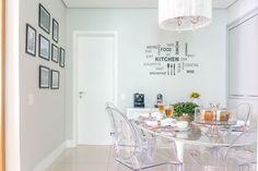 Apartamento, decoração de apartamento, madeira na decoração. Na sala de jantar, mesa oval, cadeiras transparentes, plantas, quadros.