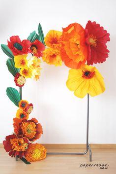 Composición de flores gigantes en papel