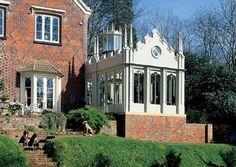 veranda-victorienne-design-très-esthétique-architecture-qui-rappelle-celle-d-un-temple-veranda-en-blanc