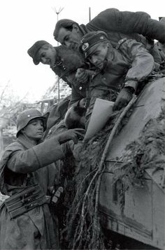 Panzerdivision 'Windhund' During the Ardennes Offensive, December German Soldiers Ww2, German Army, Luftwaffe, Germany Ww2, German Uniforms, Ww2 Photos, Ardennes, Military Pictures, British Soldier