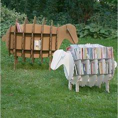 La oveja Molly como estantería.  Molly the sheep as a bookshelf.
