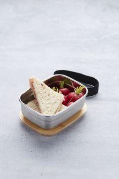 Op zoek naar een praktische lunchboxdie gemakkelijk mee kan nemen? De Point-Virgule lunchbox is geschikt voor een snack mee te nemen of om eten te bewaren in de koelkast. De doos is gemaakt van roestvrijstaal en de deksel van bamboe. De lunchbox heeft een stijlvol en tijdloos design. De lunchbox is niet vaatwasserbestendig, maar je kunt hem schoon maken met een sopje. Le Point, Lunch Box, Bread, Food, Brot, Essen, Bento Box, Baking, Meals