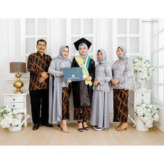 Model Kebaya Modern, Kebaya Modern Dress, Kebaya Dress, Graduation Photoshoot, Graduation Pose, Kebaya Bali, Kebaya Brokat, Graduation Photography, Casual Hijab Outfit