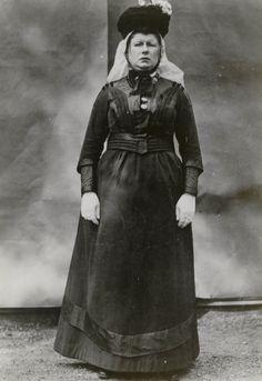 Vrouw in streekdracht uit Schouwen. De opname is gemaakt in 1913 te Amsterdam, tijdens het Klederdrachtenfeest. Dit was onderdeel van de festiviteiten rond de 100-jarige onafhankelijkheid van Nederland (1813-1913). #SchouwenDuiveland #Zeeland