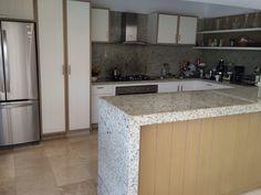 Cocina blanca con cubierta de granito. Algreca.com