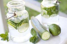 Lavez le concombre et le citron bénéfique et coupez-les en tranches...