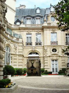 In the 8th Arrondissement, beside Parc Monceau on av Van Dyck, this building was so elegant and imposing that I wondered if it were a museum or other public building. When I queried a teenager who emerged to walk her West Highland terrier, her reply that they were simply apartments was evidence that teens all over the world are blissfully unaware of their privileged situations--to her, this was just her everyday life.