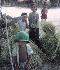 Ảnh chụp bởi Craig Schoonderwoerd, Công ty Charlie, 2/12 Bộ Binh, khi ông đang trên tuần tra bàn chân ở một ngôi làng gần Dầu Tiếng, Việt Nam. Tháng 6 năm 1968.