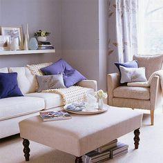 uma única prateleira acima do sofá para apoio de objetos de decoração, livros.