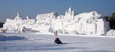 Il en a fallu du temps et de l'energie pour réaliser cette sculpture de glace et neige !