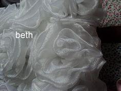beth almofadas em capitonê: almofada rosinhas de organza cristal