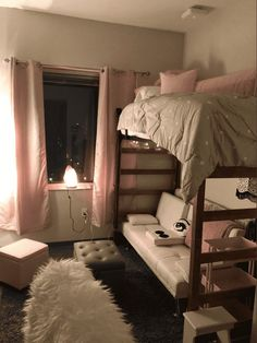 Dorm room ideas and layouts that are mind meltingly good! Decor inspo for college girls. Dorm room ideas to inspire your own decorating spree! No matter what type of college girl you are, there's something to love. College Bedroom Decor, College Dorm Rooms, College Girls, College Life, Uga Dorm, College Hacks, Cute Room Ideas, Cute Room Decor, Wall Decor