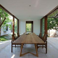 Mesa em madeira, casa na Índia. Projeto dos arquitetos Robert Verrijt e Shefali Balwani. #architecture #arquitetura #arte #art #artlover #design #architecturelover #instagood #instacool #instadesign #instadecor #instadaily #projetocompartilhar #shareproject #davidguerra #arquiteturadavidguerra #arquiteturaedesign #instabest #instahome #decor #architect #criative #photo #decoracion #table #tabledesign #diningtable