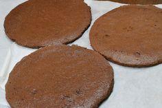 Tort cu mousse de ciocolata si zmeura - CAIETUL CU RETETE Menu, Cookies, Desserts, Food, Menu Board Design, Crack Crackers, Tailgate Desserts, Deserts, Biscuits