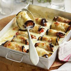Parecen canelones tradicionales pero son unos deliciosos rollitos de berenjena rellenos de carne. Vegetable Recipes, Vegetarian Recipes, Healthy Recipes, Real Food Recipes, Cooking Recipes, Yummy Food, Exotic Food, Casserole Recipes, Italian Recipes