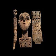 """Les Mijikenda (""""les neuf cités"""") sont un groupe de population de l'intérieur du Kenya.Le sous-groupe ethnique le plus important et le plus connu est celui des Giriama, mais il en existe neuf (Digo, Chonyi, Kambe, Duruma, Kauma, Ribe, Rabai, Jibana, et Giriama) dont font partie les Kambe.Le style Kambe est reconnaissable à la tête du poteau qui est réalisée en trois dimensions, et aux oreilles très particulières. Les Kikango (singulier Vigango) sont des poteaux commémoratifs en bois…"""
