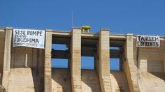Pancartas de protesta contra la nuclear de Cofrentes en la presa de Contreras.
