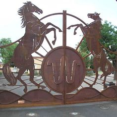 Custom Rearing Horses gate built by Amazing Gates Aluminium Gates, Metal Gates, Wrought Iron Gates, Tor Design, Gate Design, Brand Design, Front Gates, Entrance Gates, Farm Entrance